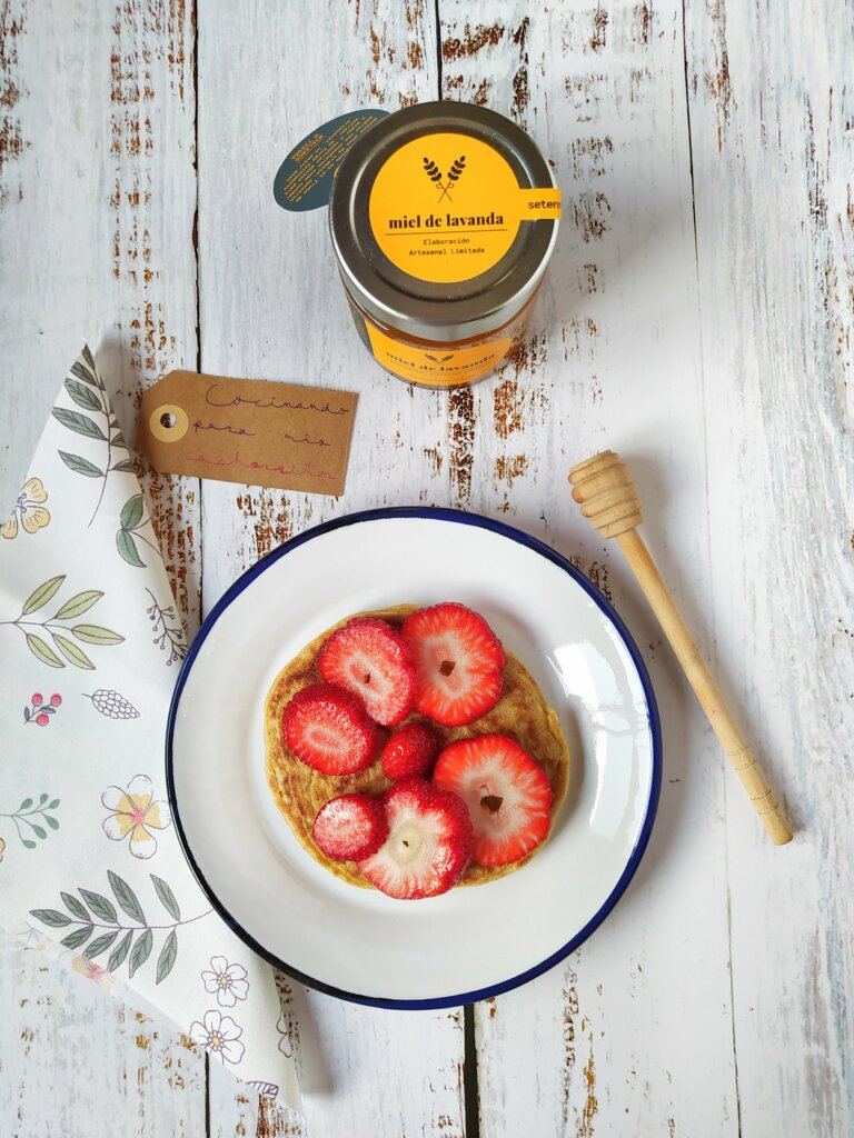 Tortitas de avena con fresas y miel