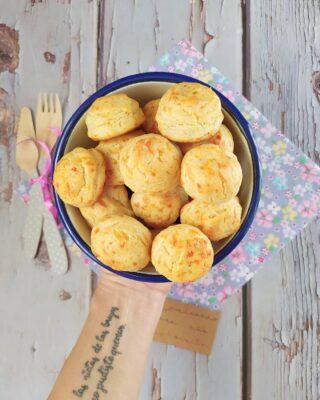 ¿Habéis visto el menú de Nochebuena que he compartido en stories? Me estáis pidiendo que comparta las recetas por aquí. Estos son los choux de queso. Necesitan mucho amor 💘 porque ellos mismos lo son, ¡están deliciosos! Y si tienen muchos likes y los compartís un montón, en unos días tendréis la #receta en IG. Mientras tanto, sabed que podéis verla en el blog 👇🏻👇🏻👇🏻👇🏻 https://cocinandoparamiscachorritos.com/2020/12/choux-de-queso.html Por cierto, esta es una de las guarniciones que preparé para acompañar uno de los deliciosos redondos de pavo de @aldelis_es Os lo explico todo con detalles, pero sólo os digo una cosa: son una auténtica pasada de ricos y facilísimo de preparar (los redondos de pavo, los choux no tanto). Y, ojo, se avecina otro reel 😆. #cocinandoparamiscachorritos #queso #guarnición