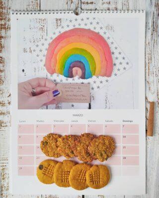 🍪No vais a creer lo que os dije el otro día: no me encanta hacer galletas. 🍪Pero,claro, contradictoria como es una, voy y hago dos hornadas de dos galletas diferentes en una misma tarde. Y, para colmo, os las enseño sobre otra foto de galletas... Ya os digo, contradicciones 😀 🌈Precisamente elegí las galletas arcoíris que hicimos en pleno confinamiento como imagen para el mes de marzo del calendario de@photosi_ porque respresentaban muchas cosas en ese momento. Cosas que con el tiempo no sé si se han cumplido, pero esa es harina de otro costal (o para otras galletas 😛) 💘Para 2021, las fotos que ilustraránnuestro calendario serán de las recetas más guay de ese mes. Y lo he hecho con la aplicación de#photosi con la que, además, tendréis un descuento de 10 € en compras superiores a 20 si usáis el códigoJOY10. 🎁Aprovéchalo porque un calendario personalizado es un regalo estupendo para las navidades.🎁 🍪☕¿Una galleta para comenzar el día? 👇🏻👇🏻👇🏻👇🏻👇🏻 https://cocinandoparamiscachorritos.com/2020/11/galletas-de-calabaza-con-semillas.html ¡Feliz miércoles, amiguis! #cocinandoparamiscachorritos#photosì #imprimetuemociones #printyouremotions#galletas #cookies #instagalletas #instacookies #yummynoviembre #mitadenov #vivemidia #calendario #productoregalado #instaregalo