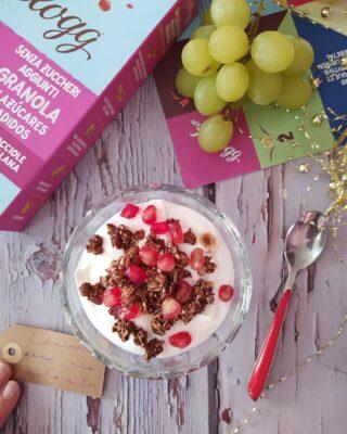Buenos días, amiguis. Último madrugón del año, ¡yupiiii!, que yo mañana ya no trabajo y la primera semana de enero estoy de vacaciones. 💃🏻 Para celebrarlo🎉 tengo desayuno especial: yogur, granola de@kelloggs_es y un buen montón de fruta. 🍇🍎🍍🍒Me encanta como combinan los muesli con la granada y las uvas, ¡vamos a darle a las frutas de temporada! ¿Qué os parece? ¿Os apuntáis? 🍪¿Sabéis que con este tipo de muesli se pueden hacer unas galletas riquísimas? Se mezclan con un poquito de leche, AOVE y 1 cucharada de harina y salen de muerte. 🎁Os dejo el enlace al blog para que podáis ver las cantidades exactas 👇🏻😋👇🏻😋 https://cocinandoparamiscachorritos.com/2015/01/galletas-de-muesli.html 🔝O podéis buscarlas en Google poniendo «galletas de muesli cocinando para mis cachorritos» 🌈Feliz último madrugón de 2020💜. #cocinandoparamiscachorritos #WKKellogg