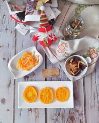 ℕ𝔸ℝ𝔸ℕ𝕁𝔸𝕊 ℂ𝕆ℕ𝔽𝕀𝕋𝔸𝔻𝔸𝕊 ℙ𝔸ℝ𝔸 𝔼𝕃 ℝ𝕆𝕊ℂ𝕆́ℕ 𝔻𝔼 ℝ𝔼𝕐𝔼𝕊 (𝕐 𝕆𝕋ℝ𝔸𝕊 ℂ𝕆𝕊𝔸𝕊) 🎄Volvemos el lunes con recetas navideñas. Hoy os enseño a hacer unas naranjas 🍊 confitadas que van genial para decorar el roscón de reyes. Además, con la misma técnica, aprovechamos hasta las cáscaras porque quedan deliciosas con chocolate negro 🍫 y, además, son súper vistosas en las bandejas de dulces navideños y quedan genial en un botecito decorado como detallito estos días. 💜Porque sí, amiguis, mola mil regalar cosas hechas con tus manitas y no es obligatorio gastar mucho dinero para agasajar a alguien importante. --------------------------------------------- ⓇⒺⒸⒺⓉⒶ ⒾⓃⒼⓇⒺⒹⒾⒺⓃⓉⒺⓈ 🍊Naranjas, 🥛agua, 🍚azúcar, 🍫chocolate para fundir єℓαвσяα¢ισ́и 🍊Lavar muy bien las naranjas 🍊Cortarlas en rodajas. Si vas a hacer cáscaras de naranja confitadas, corta la cáscara en bastones 🍊Escalda las naranjas y las cáscaras y retira el agua. 🍊Cuece las naranjas y las cáscaras en agua con azúcar durante media hora mínimo. 🍊Deja escurrir. Las naranjas para el roscón ya están listas. Las cáscaras las puedes pasar por azúcar y bañar en chocolate negro fundido. 📖 Más detalles sobre tiempos y cantidades, en el #blog https://cocinandoparamiscachorritos.com/2020/12/naranjas-confitadas.html 🎅🏻Venga, amiguis, que mañana empieza oficialmente la navidad con la cantinela de la lotería: podría decir que es mi momento preferido de las fiestas 🤶🏻 #cocinandoparamiscachorritos